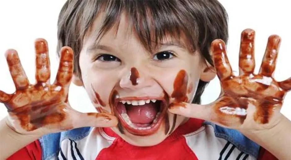 أطعمة تُصيب طفلك بالعصبية والتوتر ... احذريها