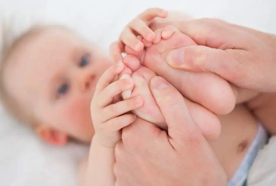 لمس هذه المناطق في جسم طفلك يوقف بكائه
