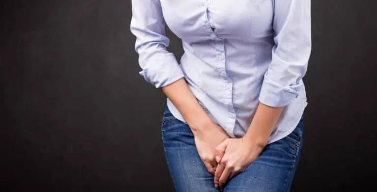 أسباب سلس البول عند المرأة وطرق علاجه