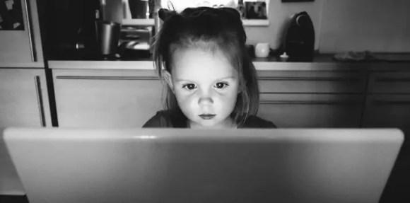 ما الأسباب التي تجعل الأبناء يلجئوا إلى الإنترنت؟
