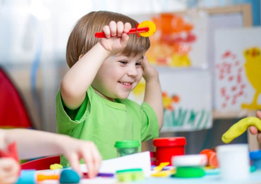 أفكار تساعدك في تنظيم مواعيد الطعام واللعب لطفلك من السنتين