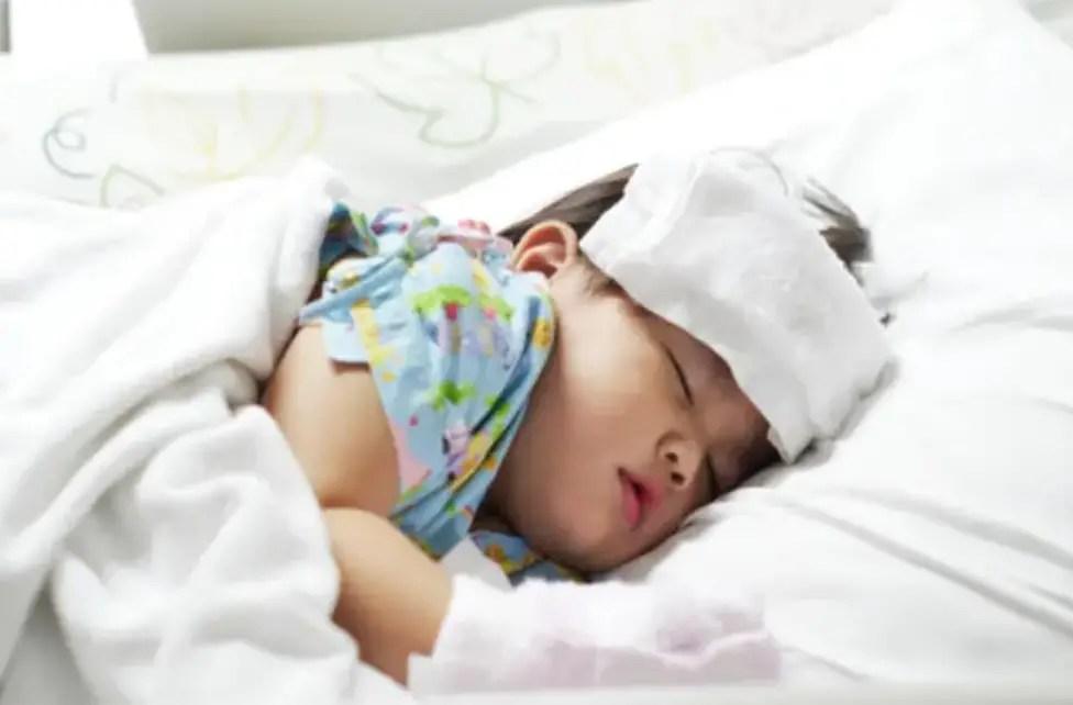ارتفاع درجة حرارة الطفل مع برودة الأطراف