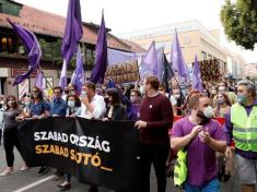 Thousands of Hungarians march for media freedom after website muzzled