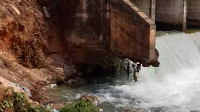 Danger: Nekede Protesters block collapsing Mmiri Nkwohia bridge, call on Imo state government to build the roads