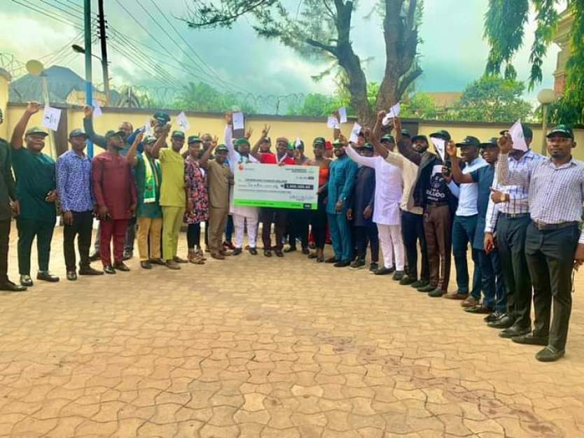 YOUTHS PRESENT 2M NAIRA CHEQUE TO SUPPORT SULUDO's GOVERNORSHIP AMBITION