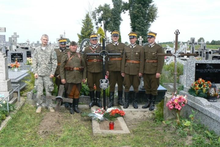 6.08.2011 – odnowienie nagrobka w Zawadach