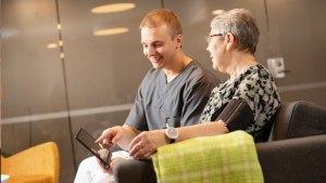 9Solutions-etähoivasovelluksen avulla ikäihminen voi itse tehdä esimerkiksi verenpainemittaukset helposti kotoa käsin. Sovellus muistuttaa ja neuvoo mittausten tekemisessä sekä siirtää tulokset automaattisesti potilastietojärjestelmään.