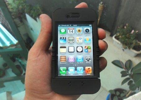 Trident Kraken II for iPhone 4 (in hand)