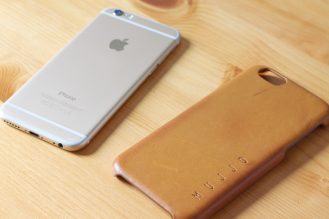 iPhone 6 side by side the Mujjo Leather Case