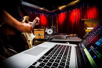 img_3314-recording-guitar-macbookpro-close-up2