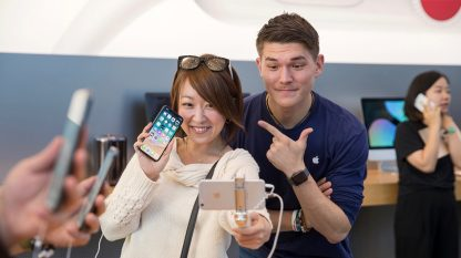 iPhoneX-Launch-Tokyo_customer-selfiestick_20171102