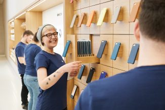vienna_apple_employees_with_iphone_cases_022118