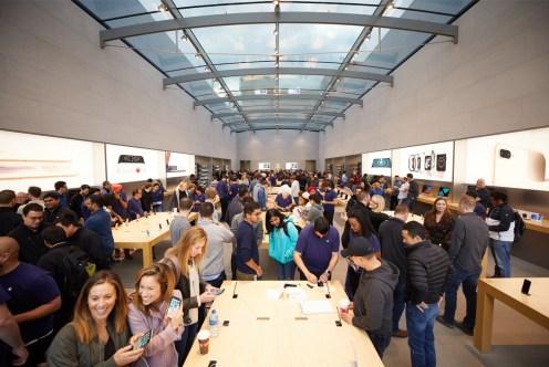 iPhone_X_Launch_PaloAlto_store_interior_20171102