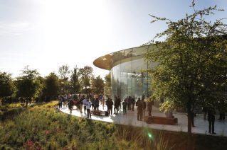 Apple-keynote-guest-arrive-Steve-Jobs-Theater-Apple-Park-09122018