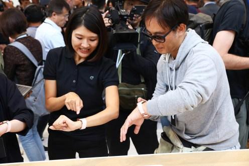 Apple-keynote-guest-try-Apple-Watch-Series-4-09122018