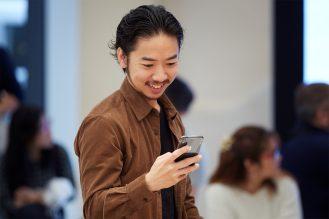 iPhone-Xs-Apple-Watch-Series-4-Availability_Kyoto-customer-iPhoneXS_09202018