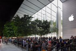 iPhone-Xs-Apple-Watch-Series-4-Availability_OrchardRd-Singapore-customers-line_09202018