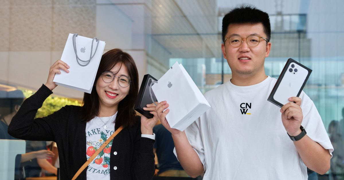 Apple shares photos of first customers to buy the iPhone 13 in retail stores