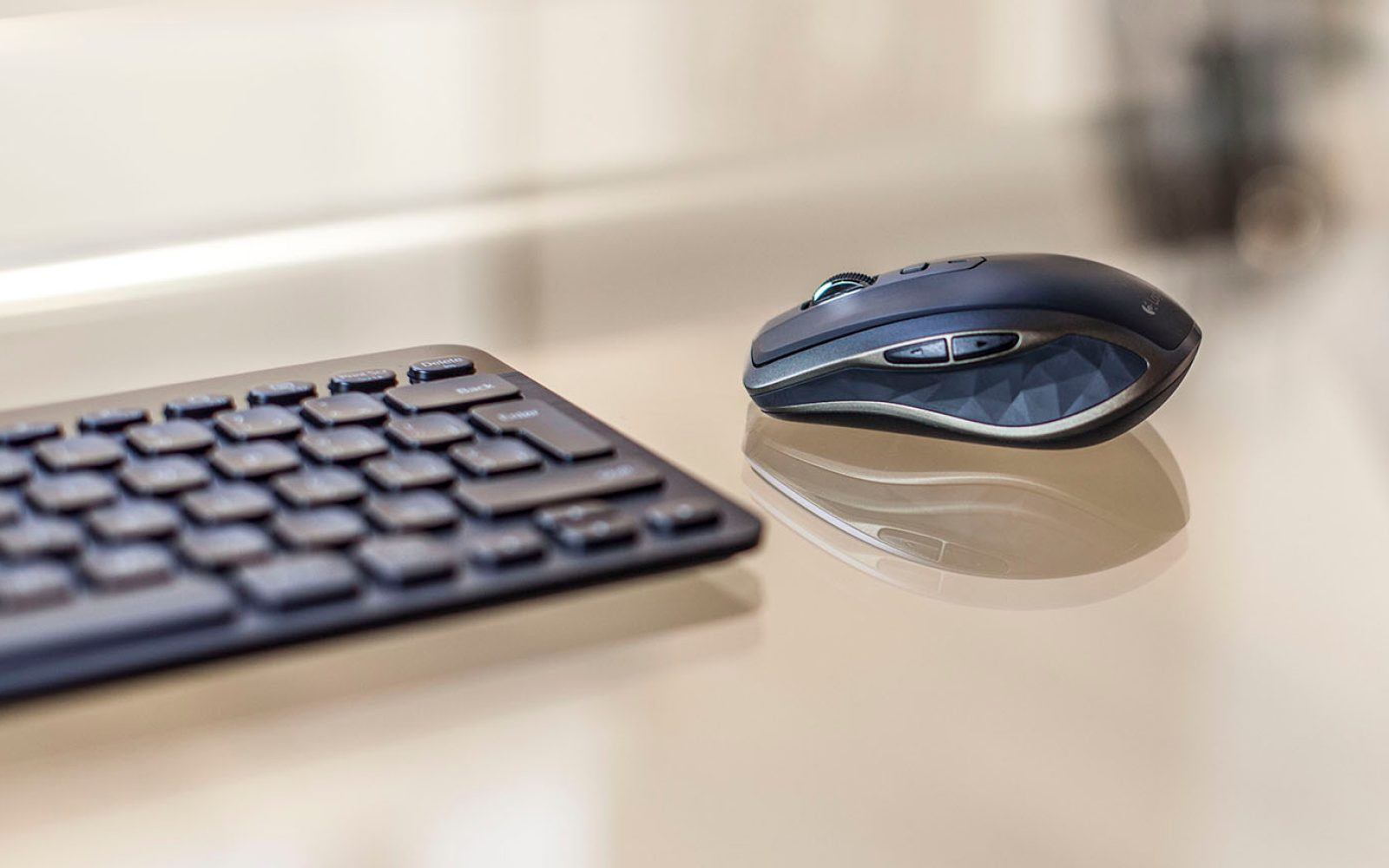 Logitech's new Anywhere 2 wireless mouse follows the design and
