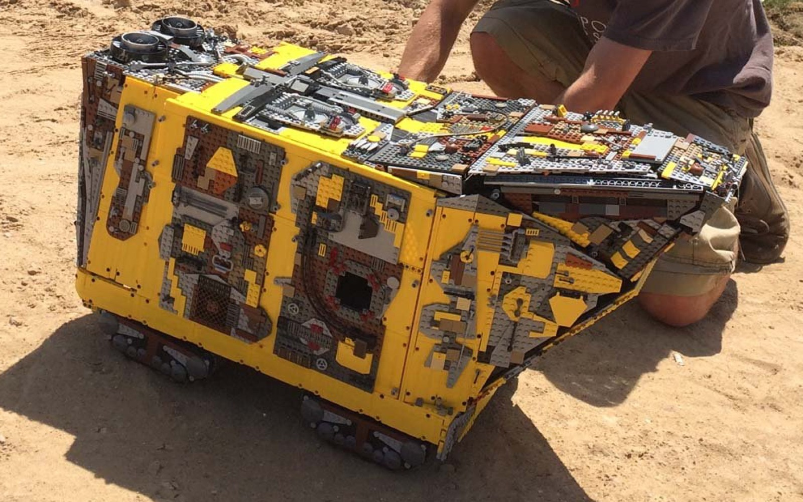 Utinni! This unbelievably detailed Sandcrawler might be one of the coolest Star Wars LEGO customs ever