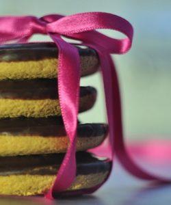 Biscuiti din quinoa si migdale cu crema de ciocolata