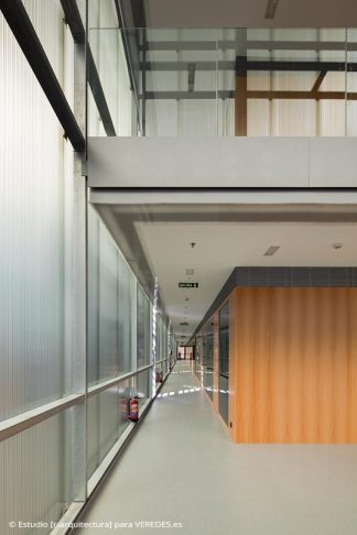 06-interior-pasillo-oficinas_-RODRIGO-ALMONACID-c-r-arquitectura