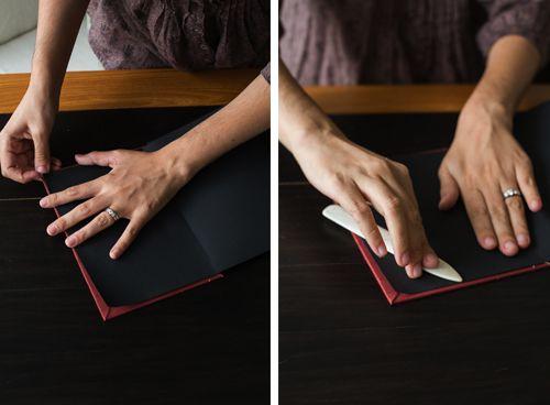 Rögzítse az egységet, hogy a szél egy kicsit beszélt. Kiadja a PVA ragasztót (az írószerek meglehetősen alkalmasak). A ragasztónak nagyon kicsit kell lennie, pontosan annyira, hogy egy kicsit behatoljon a notebookok között. És a terhelés alatt lévő bilincs, hogy a noteszgépek ragasztják. Nem szükséges sokkal késleltetni.
