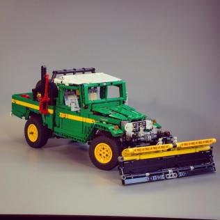 Lego Toyota Land Cruiser FJ45 01