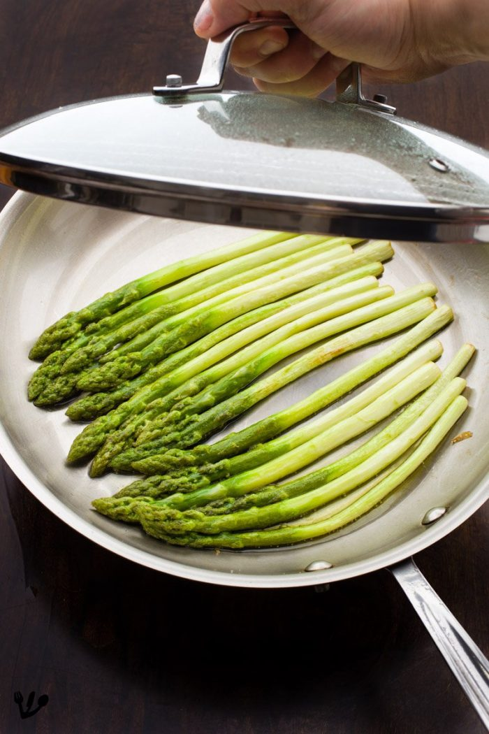 After one or two minutes cover the green asparagus with a lid for another minute, or until they reach the doneness of your liking.