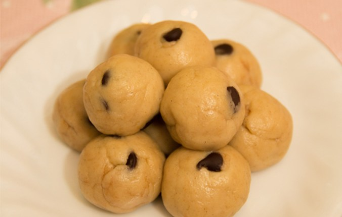 Healthy Cookie Dough Bites #healthy #cookiedough #glutenfree #refinedsugarfree #eggless