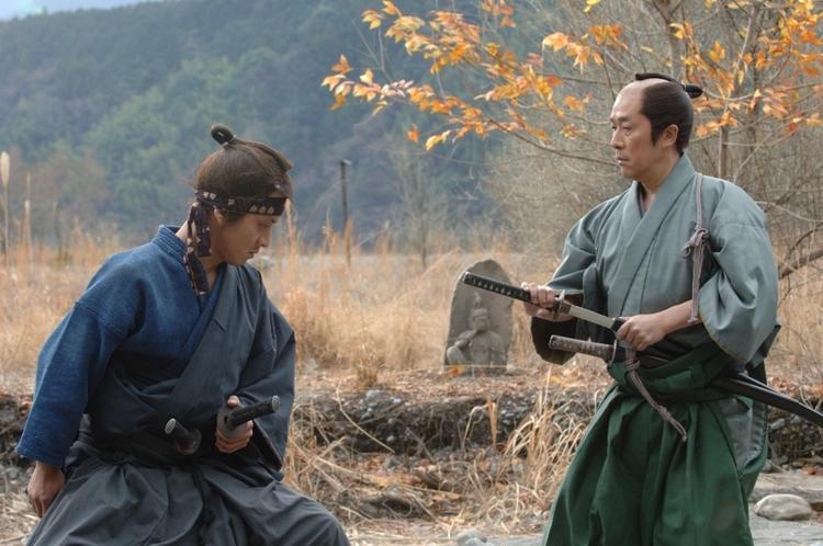 Les coiffures traditionnelles de Samouraï sont clairement visibles sur cette photo.