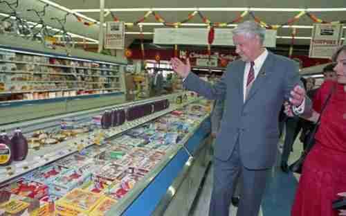 Boris Yeltsin visits Randall's Supermarket in Texas on September 16, 1989 (Houston Chronicle)