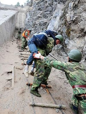 china-earthquake-2008-sichuan-soldiers-helping-victims.jpg