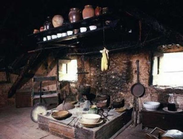 Tradicionalno staro posuđe i priprema hrane na kominu