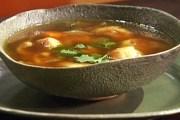Tradicionalan bakina goveđa juha s žličnjacima od krompira