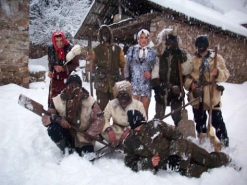 """Foto zapis """"Koledara"""" na kraju 20 veka u makedonskom selu Ilino, a nekada su grupe """"koledara"""" u Makedoniji i Jugu Srbije u većini činila deca"""