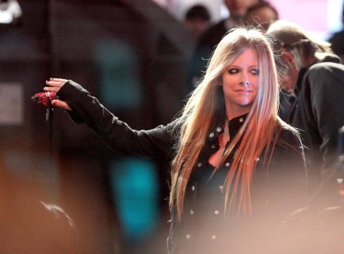 Good-Morning-America-New-York-22-11-11-avril-lavigne-27060383-2032-1500