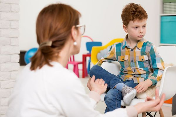The diagnosis of autism is exhibited on the basis of observations of the behavior of the child and identify the characteristic triad, which includes a lack of social interactions, lack of communication and stereotypical behavior. To eliminate speech development disorders, consult a speech therapist is prescribed, to eliminate hearing impairments and view - inspection of the Surdian and ophthalmologist. Autism can be combined or not combined with mental retardation, with the same level of intelligence, the prognosis and correction schemes for children-oligophrenic and autistic children will differ significantly, so in the diagnostic process it is important to distinguish between these disorders, carefully studying the peculiarities of the patient's behavior.