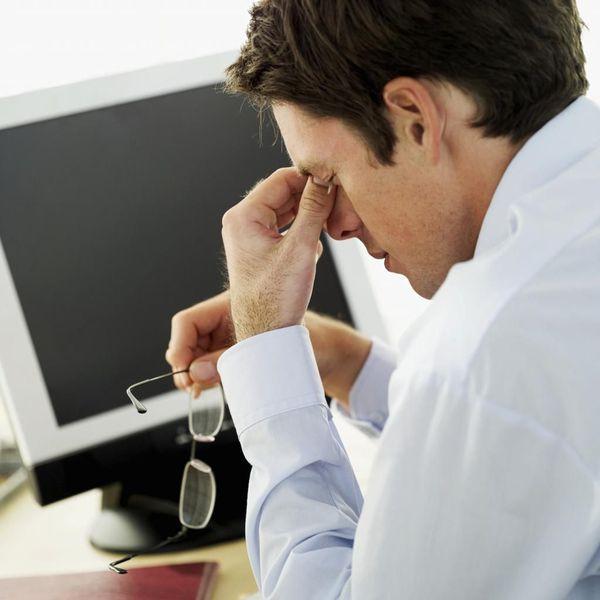 ความเหนื่อยล้าและความรู้สึกของทรายในสายตาหลังจากทำงานที่คอมพิวเตอร์ยาวนาน