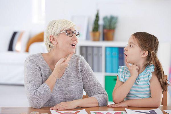 बोलने वाले कॉपिस्ट के साथ कक्षाओं में स्टटरिंग का उपचार