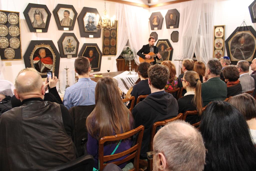 Photo of Piotr Minski singing