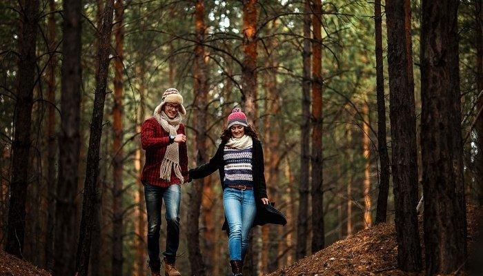 Facet i dziewczyna chodzą w lesie