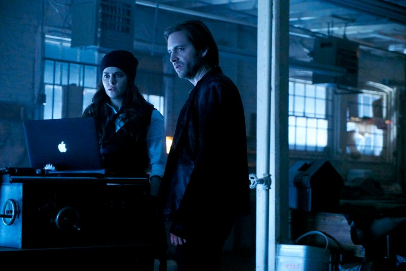 """12 MONKEYS -- """"Hyena"""" Episode 209 -- Pictured: (l-r) Emily Hampshire as Jennifer Goines, Aaron Stanford as James Cole -- (Photo by: Steve Wilkie/Syfy)"""
