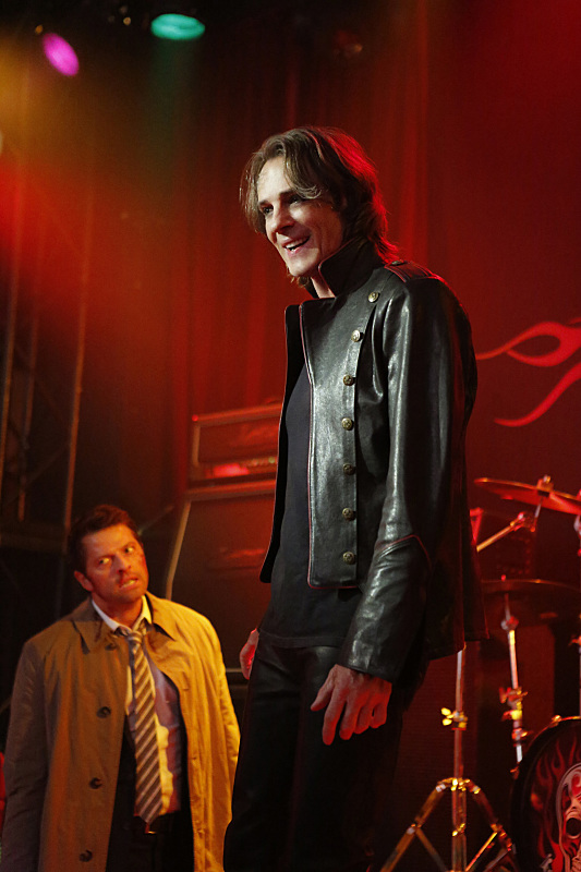"Supernatural -- ""Rock Never Dies"" -- SN1207a_0104.jpg -- Pictured (L-R): Misha Collins as Castiel and Rick Springfield as Vince Vincente -- Photo: Bettina Strauss/The CW -- © 2016 The CW Network, LLC. All Rights Reserved"