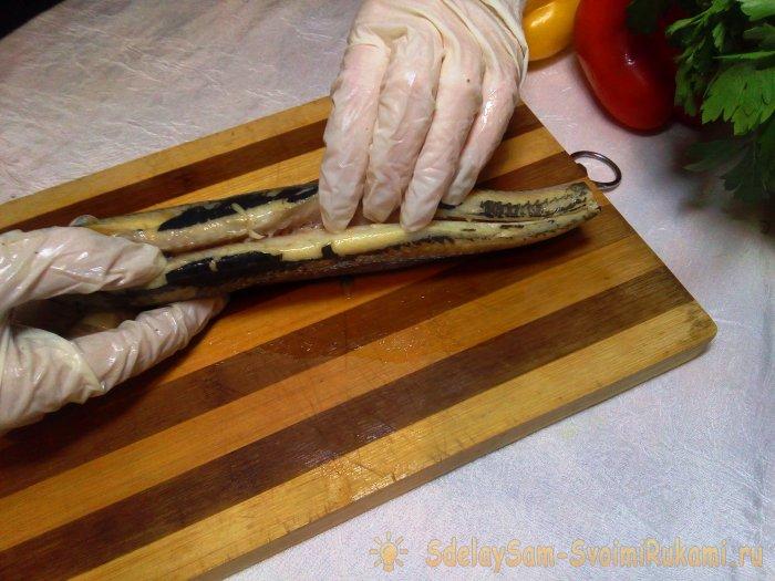 Πώς να ξεφλουδίσετε μια ρέγγα με τρεις γρήγορους τρόπους