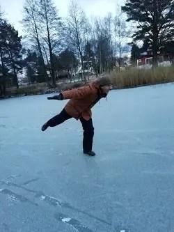 Svea y Pablo - Haciendo piruetas en un lago helado