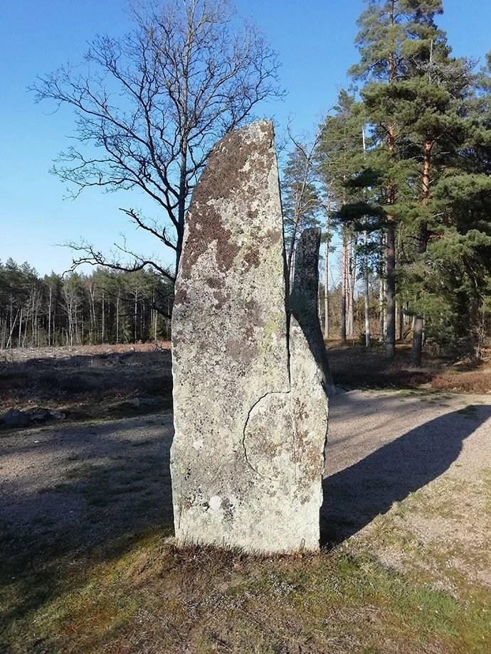 Svea y Pablo - Uno de los menhires suecos de Björketorpsstenen con un símbolo desconocidos esculpido