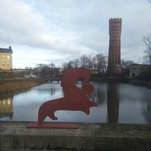 Svea y Pablo - Kalmar, una ciudad con mucho arte - Decoraciones vikingas en el puente