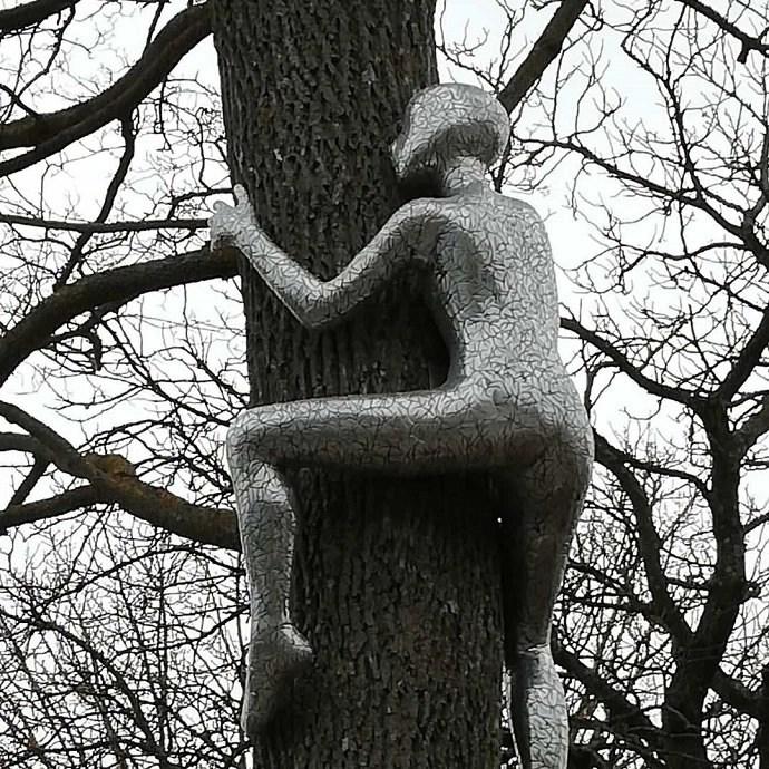 Svea y Pablo - Kalmar, una ciudad con mucho arte - Estatua en árbol
