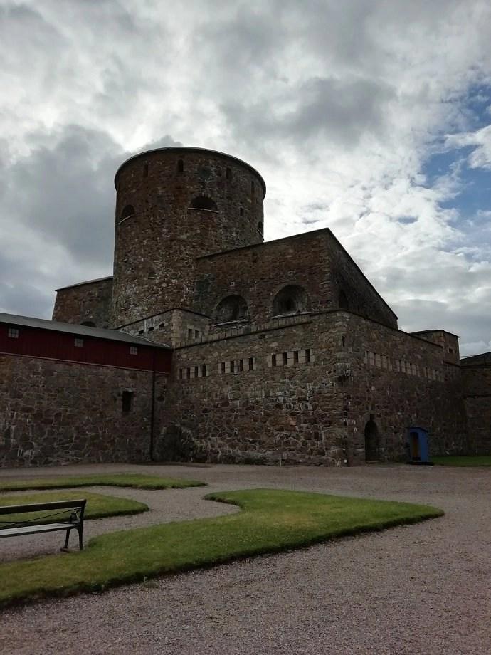 Svea y Pablo - Vista de la torre de la fortaleza de Carlsten desde el patio de armas